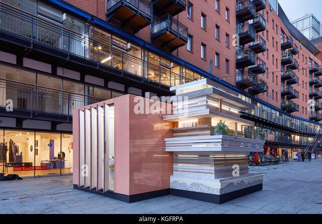 Temporärer Pavillon im Kontext in der Abenddämmerung. Der Stack - mini Living urban Kabine, London, Großbritannien Stockbild