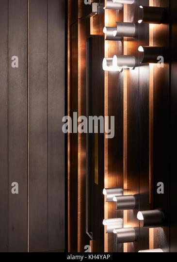 Detail Aufnahme der Holztäfelung und Beleuchtungskörper in Gebäude Flur. 55 Victoria Street, London, Stockbild