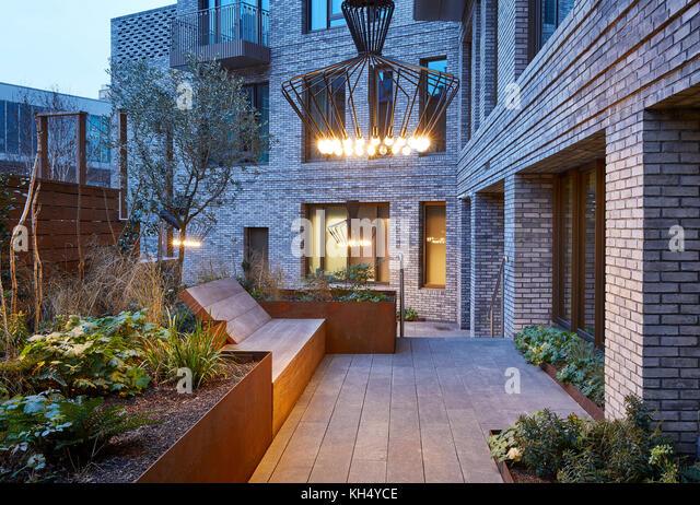 Angelegter Garten mit Beleuchtung ausgestattet. 55 Victoria Street, London, Großbritannien Architekt: steif+trevillion Stockbild
