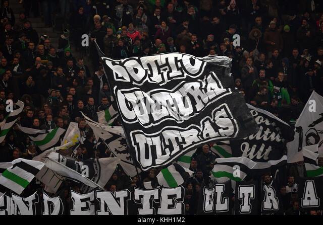 """Berlin, Deutschland. 18 Nov, 2017.Mönchengladbach fans Wave ein Flag, sagte, das ottocultura Ultras"""", Stockbild"""