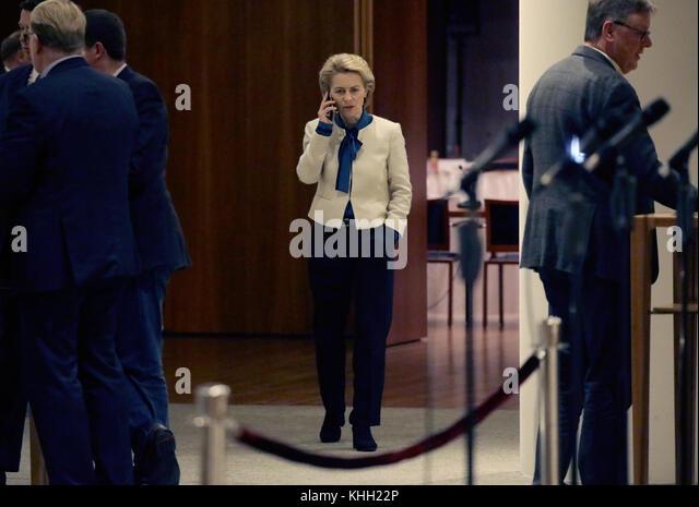 Berlin, Deutschland. 19 Nov, 2017. Verteidigungsminister Ursula von der Leyen (CDU) im Flur der Vertretung des Landes Stockbild