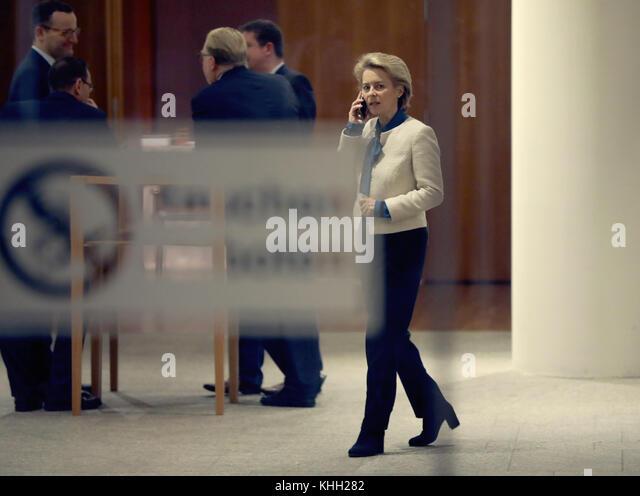 Verteidigungsminister Ursula von der Leyen (CDU) in der Flur der Vertretung des Landes Baden-Württemberg gesehen Stockbild