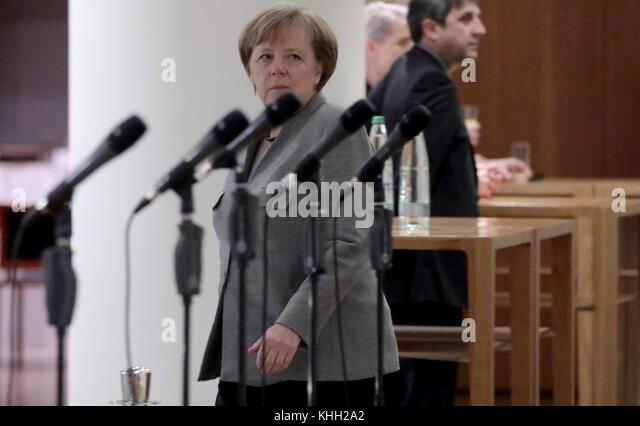 Berlin, Deutschland. 19 Nov, 2017. CDU-Vorsitzende und Bundeskanzlerin Angela Merkel die Spaziergänge entlang Stockbild