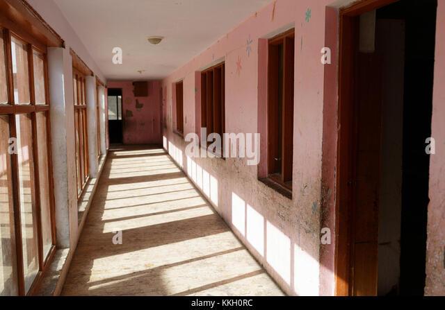 Flur und Zimmer im Nomad Residential School an Puga, Ladakh, Jammu und Kaschmir, Indien. Stockbild