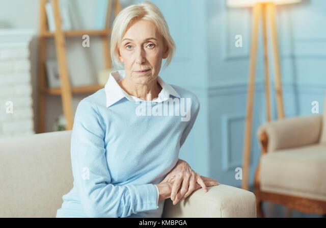 Ruhig ältere Frau sitzt und wartet auf ihr Doktor Stockbild