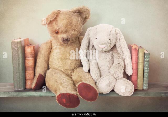 Nostalgische Spielzeug auf ein Bücherregal Stockbild