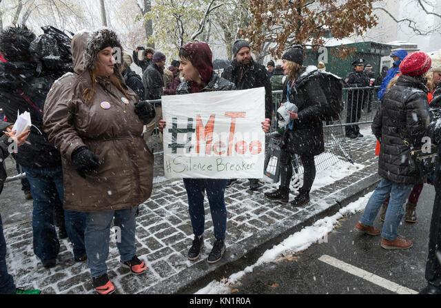 New York, NY - Dezember 9, 2017: # MeToo Rallye zog Dutzende Demonstranten zu der Trump International Hotel am Columbus Stockbild