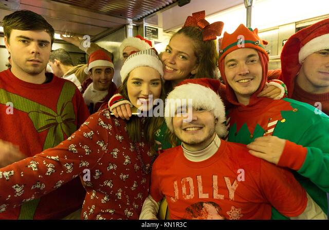 New York, NY - Dezember 9, 2017: Teilnehmer des SantaCon 2017 reiten New Yorker U-Bahn Credit: Lev radin/Alamy leben Stockbild