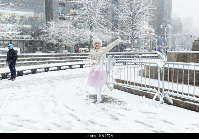 New York, NY - Dezember 9, 2017: Menschen genießen Sie den ersten Schnee des Winters in New York 2017 am Columbus Stockbild