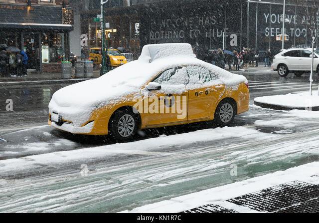 New York, NY - Dezember 9, 2017: Erster Schnee im Winter 2017 in New York umfasst 8. Avenue in Manhattan Credit: Stockbild