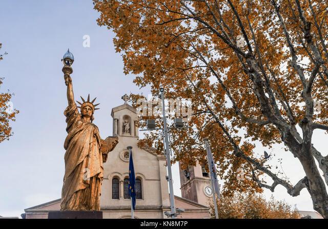 Goldene Nachbildung der Freiheitsstatue von Frédéric Bartholdi in Saint-Cyr-sur-Mer im Département Stockbild