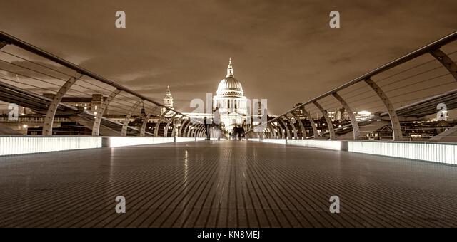 St Paul's Cathedral, Millennium Bridge, London, UK, Stockbild