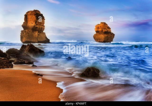 Zwei apostless aus Gibson Schritte Strand bei Sonnenaufgang in Surfen Wellen brechen Kalkstein Klippen und Felsen Stockbild