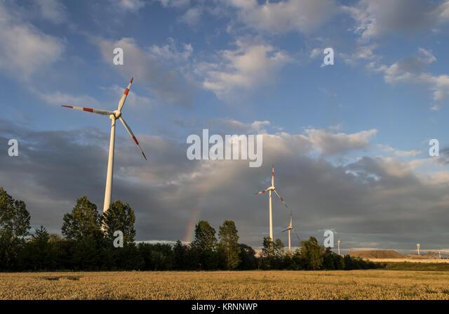 Windenergieanlage in Brandenburg, Regenbogen, Deutschland Stockbild