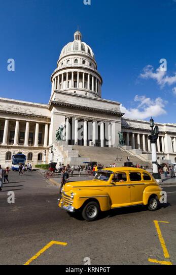 Oldtimer vor dem Capitol in Havanna, Kuba Stockbild