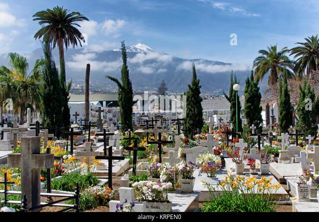 Puerto de la Cruz, Friedhof, den Vulkan Teide, Teneriffa, Spanien Stockbild