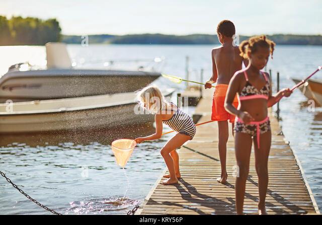 Kinder Angeln auf einem Pier Stockbild