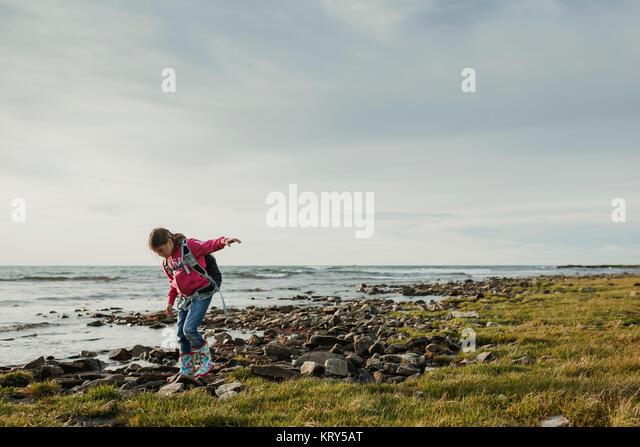 Ein junges Mädchen, balancieren auf Felsen Stockbild