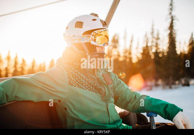 Mann mit Brille und Helm bei Sonnenuntergang in Osterdalen, Norwegen Stockbild