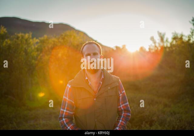 Ein Mann im Freien in der schwedischen Landschaft Stockbild