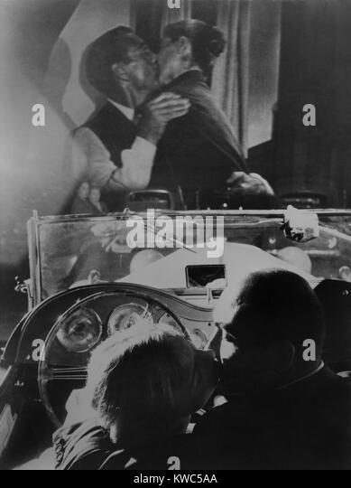 Paar küssen am Drive-in-Theater in Rom, Italien, Sept. 1957. Auf dem Bildschirm Gary Cooper und Audrey Hepburn Stockbild