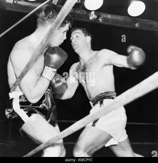 Schwergewichts-Champion Rocky Marciano (rechts) unterstützt Roland LaStarza gegen die Seile. 24. September Stockbild