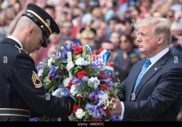 Präsident Donald Trump legt einen Kranz am Grab der Unbekannten auf dem Arlington National Cemetery. Memorial Stockbild