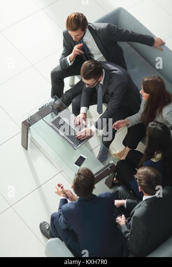 Reihe von Geschäftsleuten warten auf ein Interview. Konzept über b Stockbild