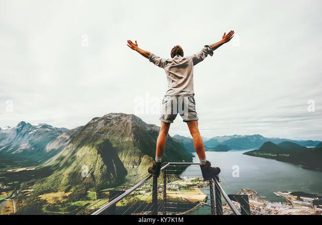 Mann erhobenen Händen balancieren am Rande cliff Rampestreken Sehenswürdigkeiten in Norwegen Bergen Reisen Stockbild