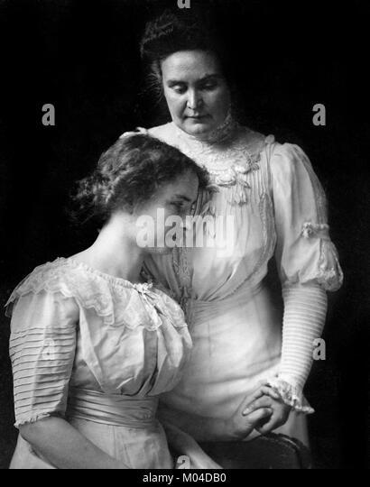 Helen Keller (1880-1968) und Anne Sullivan. Phototgraph der Taubblinden Autor und politischer Aktivist mit ihren Stockbild