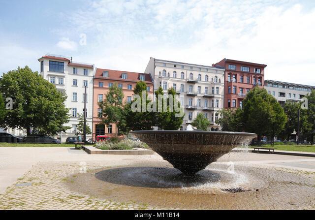Park Monbijoupark mit Fointain und Wohngebäuden, Berlin, Deutschland, europr ich Monbijoupark mit Brunnen, Stockbild