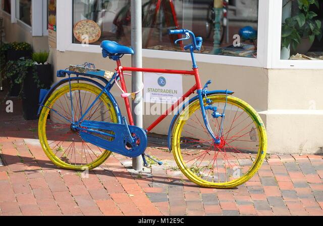 Bunte parkplatz Fahrrad Ich buntes geparktes Fahrad in der Fußgängerzone, Leer, Ostfriesland, Niedersachsen, Stockbild