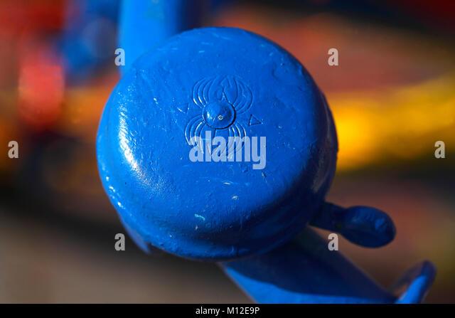 Blue Bicycle Bell ich Blauer Fahrradklingel, Leer, Ostfriesland, Niedersachsen, Deutschland Stockbild