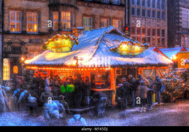 Marktstand mit Schnee auf Weihnachtsmarkt auf dem Marktplatz in der Dämmerung, Bremen, Deutschland, Europa Stockbild