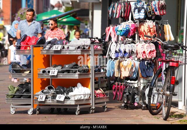 Sommer Schuhe Schuh, bevor ein Schuhgeschäft, in Deutschland, in Europa Stockbild