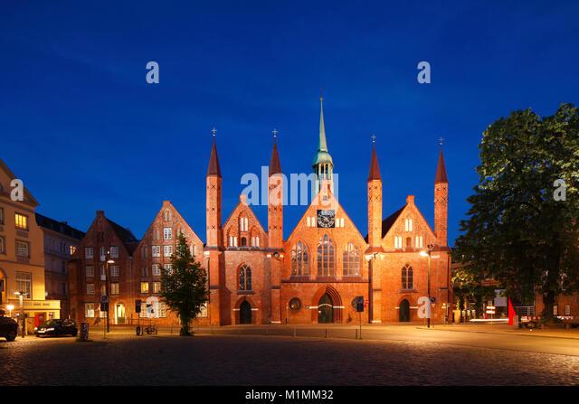 Heiligen-Geist-Hospital am Koberg Square in der Dämmerung, Lübeck, Schleswig-Holstein, Deutschland, Europa Stockbild