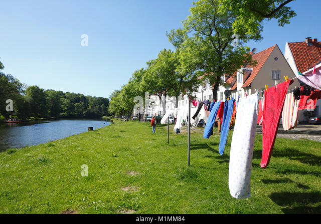 Hängende Wäsche, Wäscheleinen, historische Häuser in der obertrave, Lübeck, Schleswig-Holstein, Stockbild