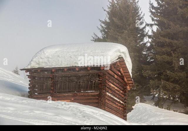 Viel Schnee auf dem Dach in den Bergen Stockbild