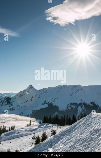Schnee und Sonne an der Spitze der Berge und Nebel das Tal hinunter Stockbild