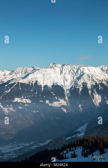 Schnee auf den Höhen der Berge und schöne Aussicht hinunter ins Tal Stockbild
