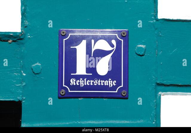 Haus platte Nummer siebzehn in einem historischen Fachwerkhaus, Altstadt, Hildesheim, Niedersachsen, Deutschland, Stockbild