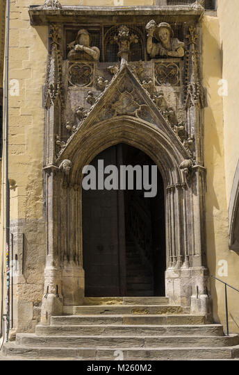 Der gotische Spitzbogen Portal des Alten Rathauses in Regensburg, Bayern, Deutschland. Stockbild