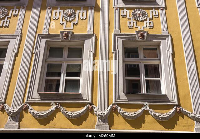 Fassade Details an historischen Architektur in die Weisse Hahnen Gasse Lane in Regensburg, Bayern, Deutschland. Stockbild