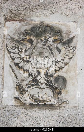 Wandbild Relief der kaiserlichen Adler an der alten Kapelle, auf speichergasse Straße in Regensburg, Bayern, Stockbild