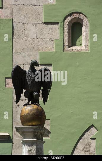 Statue von einem Adler auf Adlerbrunnen Brunnen in der Altstadt von Regensburg, Bayern, Deutschland. Stockbild
