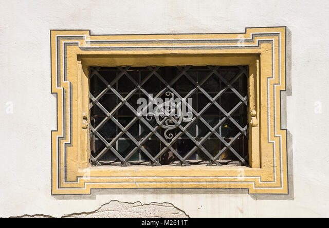 Keller Fenster im historischen Ratskeller (Keller des Rathauses) in Regensburg, Bayern, Deutschland. Stockbild