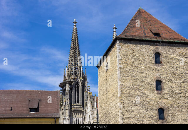 Römerturm Turm und Türme der Kathedrale St. Peter in Regensburg, Bayern, Deutschland. Stockbild