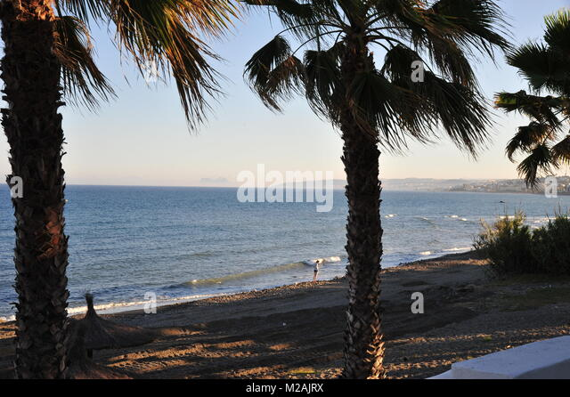 Mädchen erforscht von Estepona Beach Stockbild
