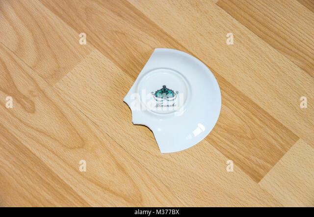 Porzellanteller auf den Boden gebrochen. Stockbild