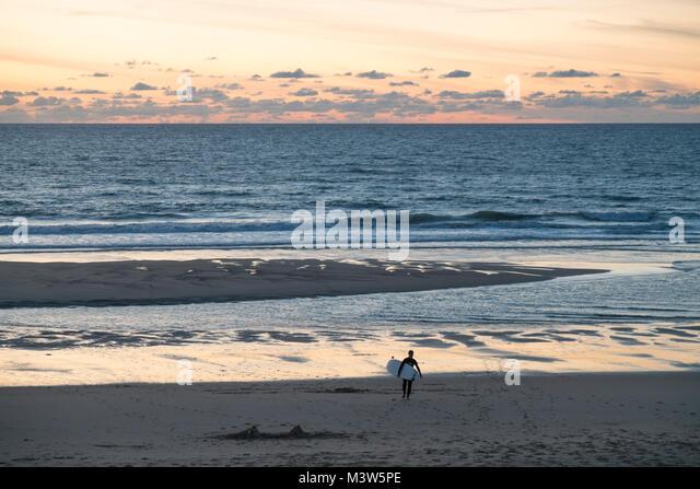 Lacanau Ocean, Sonnenuntergang, Surfer, Nouvelle-Aquitaine, Französisch westcoast, Frankreich, Stockbild